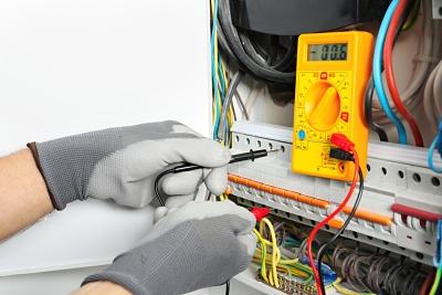 Un diagnostiqueur immobilier effectue un diagnostic électrique